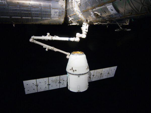 Robotická ruka připojuje Dragon ke stanici