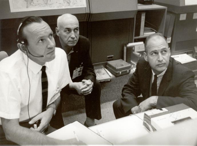 Klíčové trio v sále řízení letů (zleva: ředitel letových operací Kraft, šéf MSC Gilruth a jeho zástupce  Low)