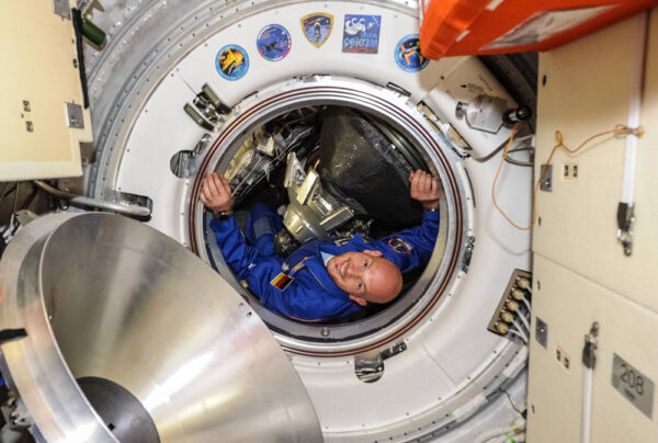 Alexander Gerst během vylézání ze Sojuzu.