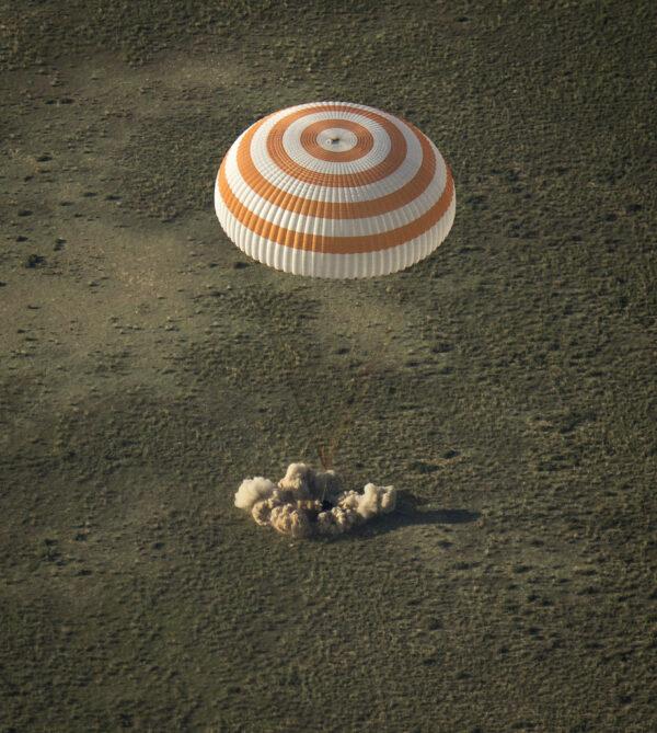 Návratová kabina Sojuzu TMA-11M právě přistála.