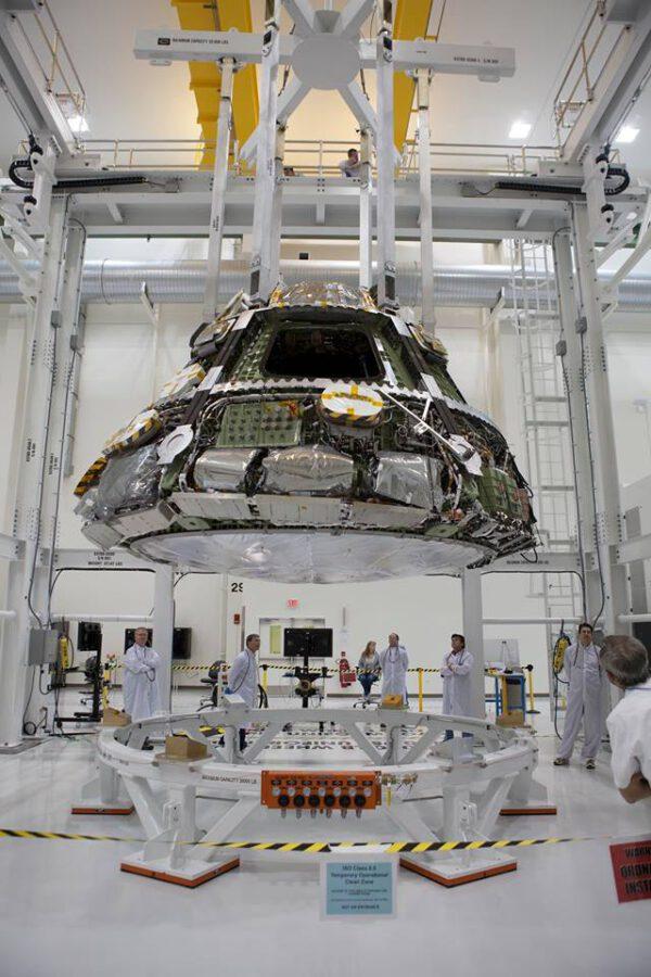 Loď Orion připravená k připojení tepelného štítu