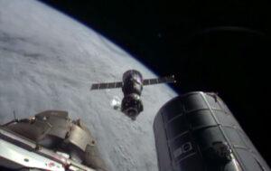 Sojuz TMA-11M odlétá od ISS.
