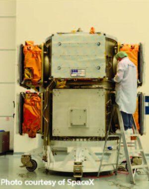 Připojování satelitů OG2 na adaptér.