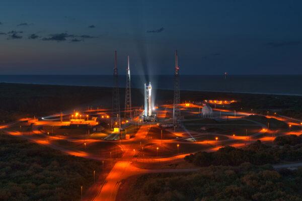 Atlas V s družicí NROL-33 na rampě