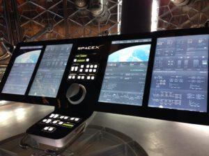 Sklopný panel s mechanickými ovladači uprostřed