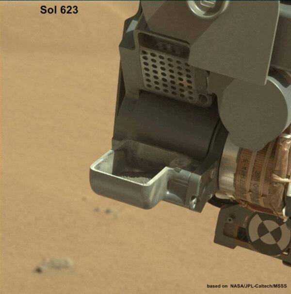 Odvrtaný materiál prošel vnitřními kanálky robotické paže a doputoval až do lopatky, kde jeho strukturu nasnímala palubní kamera. Jelikož v materiálu nenašli vědci žádnou závadu, může prášek putovat do laboratoří v útrobách roveru.