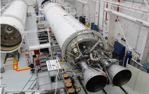 První stupeň rakety Antares s dvojicí motorů AJ-26