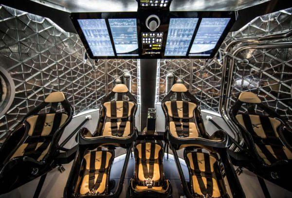 Interiér lodi Dragon V2
