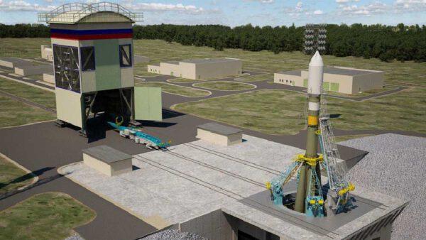 Konečná podoba startovací rampy Sojuzů s mobilní obslužnou věží vlevo