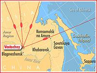 Umístění Vostočného s naznačenými azimuty dosažitelných orbitů a dopadovými oblastmi prvního stupně Sojuzu