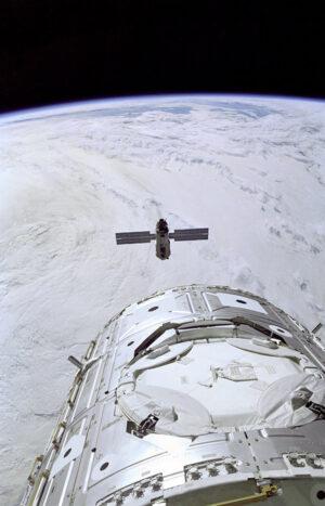 Zarja vyrobená v Rusku a modul Unity (v popředí) vyrobený v USA se poprvé potkaly až na oběžné dráze.
