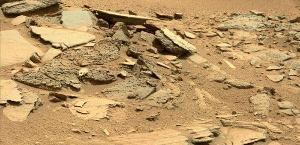 Sol 315 - působivé formace tenkých kamenných desek v lokalitě Shaler