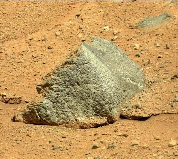 Sol 363 - kamera MastCam vyfotila kámen, který je z jedné strany pokrytý prachem a z druhé nikoliv
