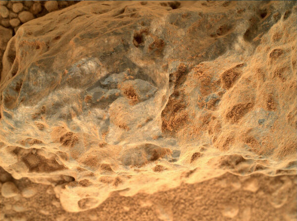 Sol 373 - nádherný detailní snímek z kamery MAHLI