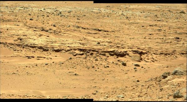 Dva spojené záběry z kamery MastCam ze solu 376