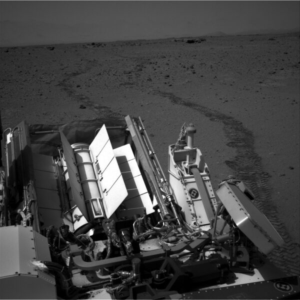 Sol 376 - zpětný pohled kamerou NavCam na vyjeté koleje