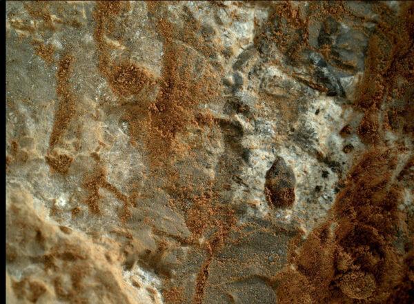 Sol 387 - další působivý detail z kamery MAHLI