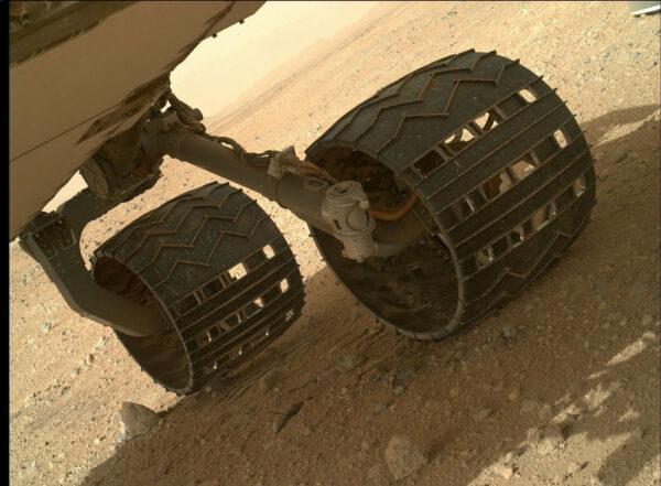 Kamera MAHLI se díky své pohyblivosti používá i ke kontrole stavu jednotlivých součástí vozítka - zde kontrola podvozku během solu 411