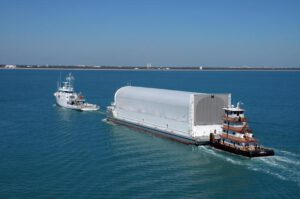 Loď Pegasus během transportu externí nádrže