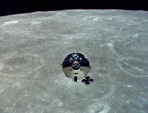 Apollo 10 se vzdaluje od lunárního modulu
