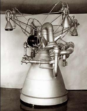 Motorová sekce třetího stupně rakety Proton - motor RD-0213 je hlavní tryska. Manévrovací trysky motoru RD-0214 vypadají jako malé zvonky v horní části.