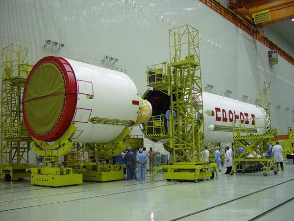 Připojování třetího stupně k raketě Proton