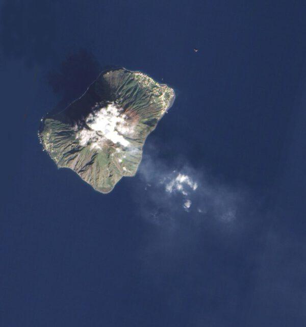 Stromboli - sopka tvořící stejnojmenný ostrov, který je součástí Liparských ostrovů (Itálie)