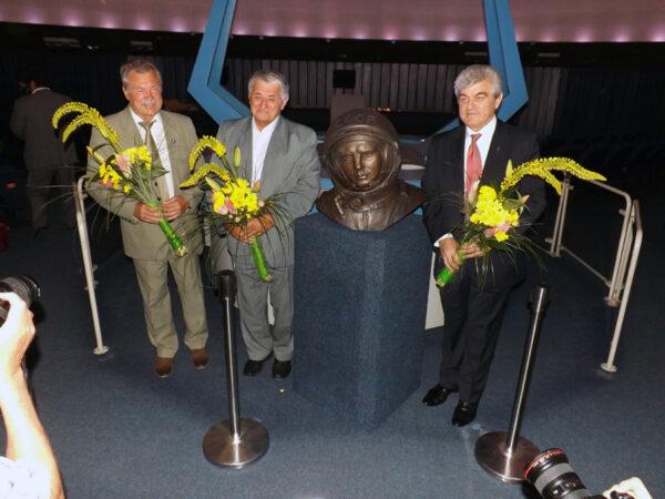 Zleva: Bertalán Farkas - Oldřich Pelčák - Alexandr Alexandrov u Gagarinovy busty
