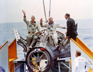 Elliott See a Charles Bassett jako hlavní posádka Gemini 9 a záložní posádka Eugene Cernan a Thomas Stafford