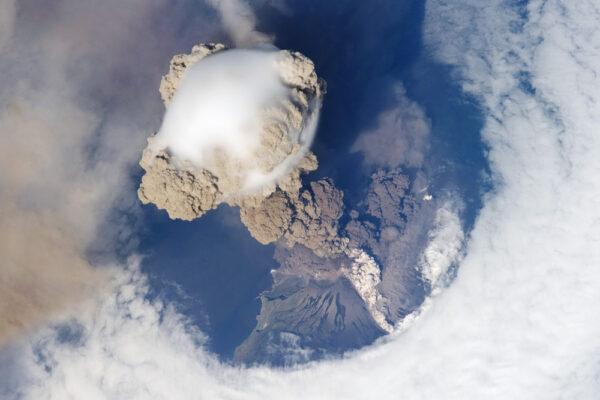Vulkán Saryčeva - stratovulkán z Kurilských ostrovů