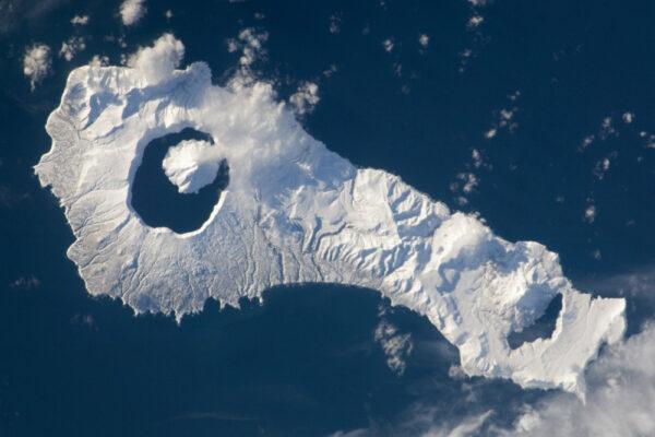 Ostrov Onekotan (součást Kurilských ostrovů) - z jezera Kaľcevoje (levá část obrázku) se vypíná sopka Krenicyn.