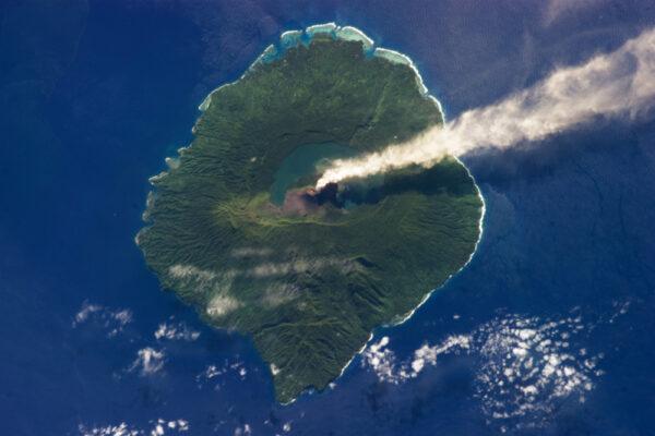 Mount Gharat - 797 metrů vysoký vulkán na ostrově Gaua (součást Banksových ostrovů v Pacifiku)