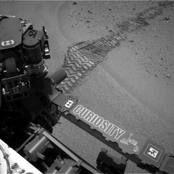 Sol 356 - přejezd roveru přes pískovou dunu pohledem kamery NavCam
