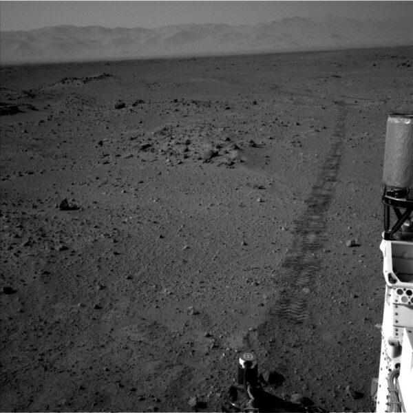 Sol 410 - Kamera NavCam monitoruje trasu, kterou vozítko ujelo