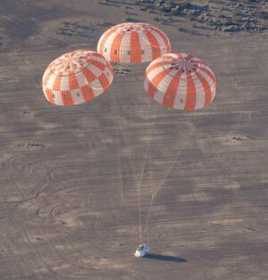 Hlavní padáky Orionu během testování
