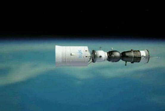 Celá sestava na oběžné dráze kolem Země těsně před startem k Měsíci. Zleva – stupeň Blok DM, obytný modul, kosmická loď Sojuz