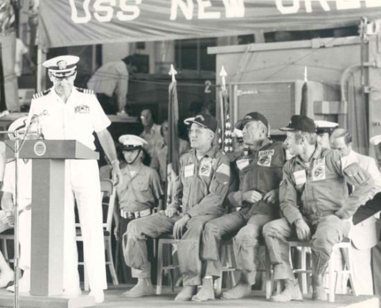 Přivítání na palubě USS New Orleans. Zatím nikdo netuší, co se několik desítek minut předtím odehrálo....