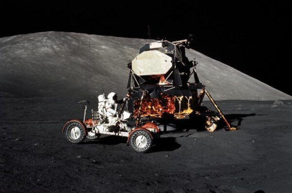 Lunární modul Challenger a rover