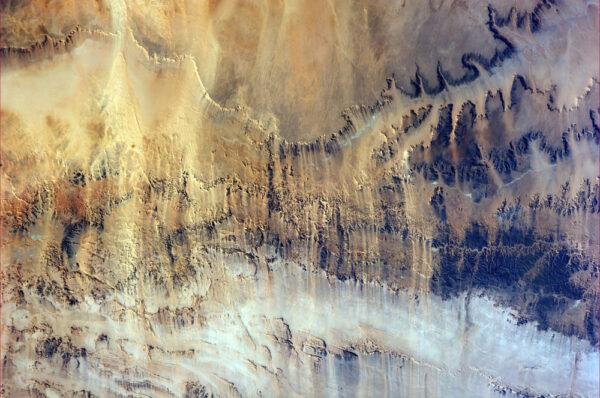 Vítr unášející zrnka prachu - severní Afrika