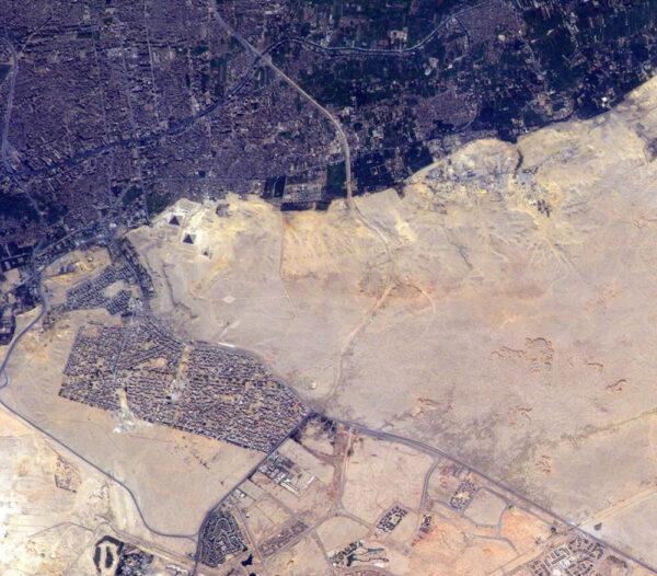 Egyptské pyramidy - pokud je nemůžete najít, podívejte se do levého horního kvadrantu ke spojnici tmavé a světlé části
