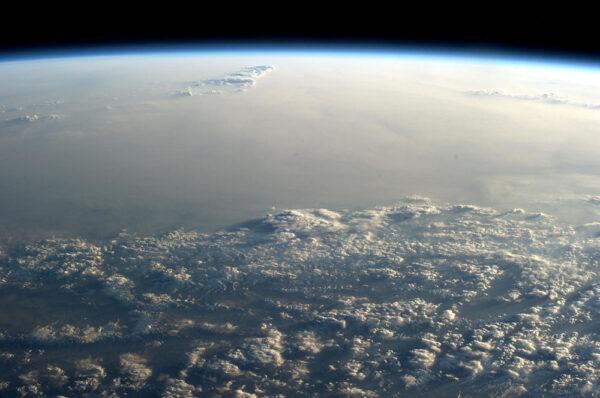 Nad mraky vystupují jen špičky Himalájí