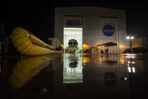 Raketa Antares během vývozu z montážní haly