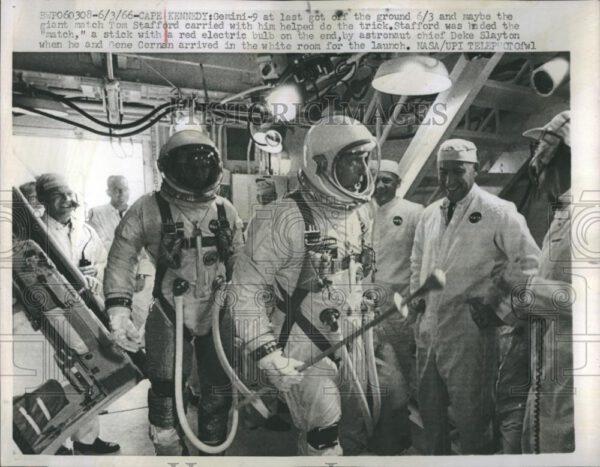 Někdy se raketové motory prostě nezapálí. To vysvětluje onu olbřímí sirku v rukou jednoho z astronautů...