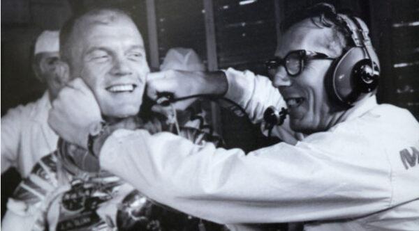Instalace úsměvu před startem Johna Glenna