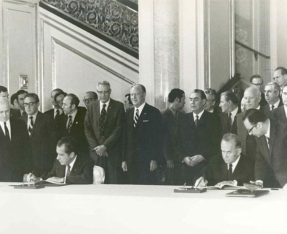Nixon a Kosygin podepisují smlouvu o společném letu