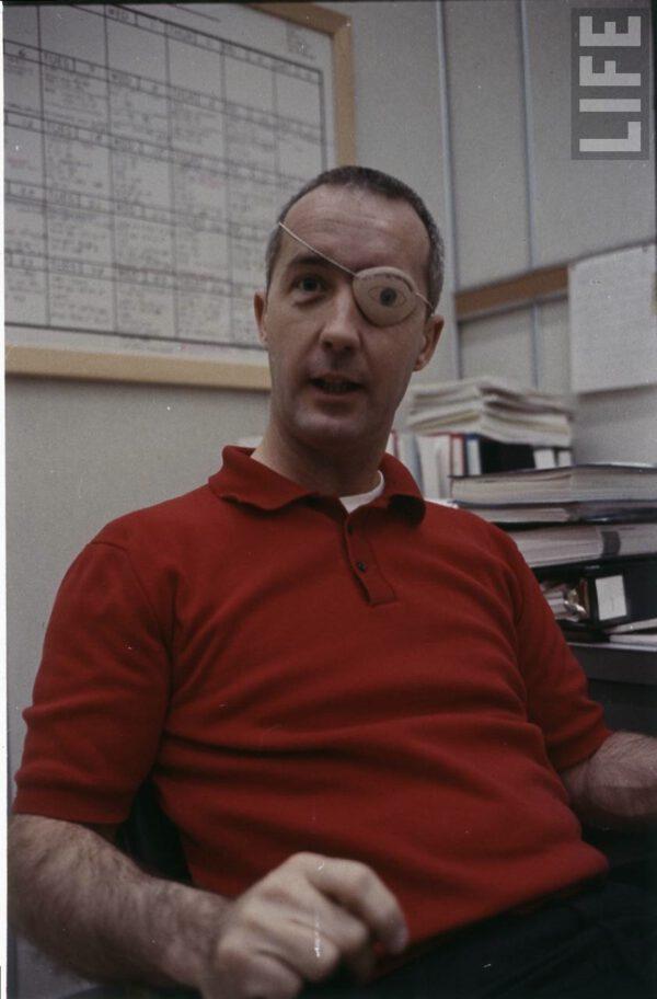 "James McDivitt s prototypem ""bionického oka""James McDivitt s prototypem ""bionického oka"""