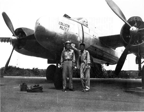 Slayton (vpravo) před přídí Invaderu na Okinawě. Za pár týdnů jaderné výbuchy ukončí největší krveprolití všech dob...
