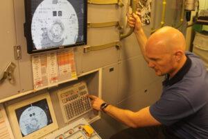 Alexander Gerst nacvičující procedury týkající se dokování ATV na simulátoru v Kolíně nad Rýnem.