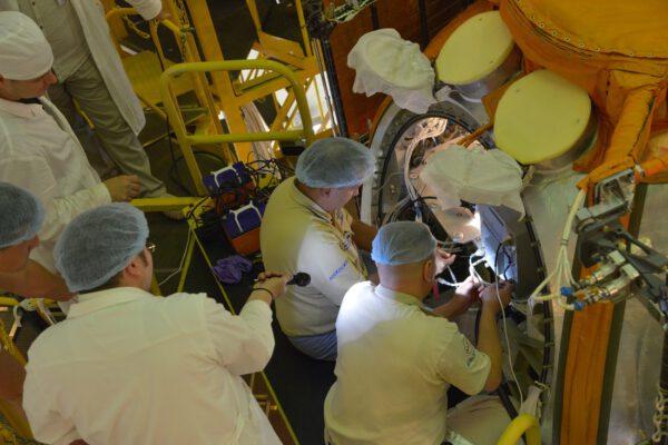Ukládání experimentů do útrob satelitu