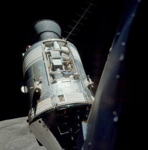 Velitelský modul America s odhalenou vědeckou soupravou pro průzkum Měsíce z orbity